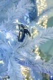 Bożenarodzeniowa dekoraci girlandy piłka i światła na choince Zdjęcia Stock