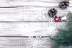 Bożenarodzeniowa dekoraci rama na białym nieociosanym drewnianym tło dowcipie Zdjęcia Royalty Free