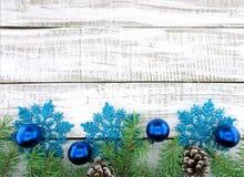 Bożenarodzeniowa dekoraci rama na białym nieociosanym drewnianym tło dowcipie Fotografia Stock