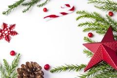 Bożenarodzeniowa dekoracja czerwieni gwiazda, płatek śniegu i liście sosnowi obrazy stock