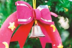 Bożenarodzeniowa dekoracja, czerwony faborek i dźwięczenie dzwon, Zdjęcia Stock