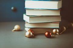 Bożenarodzeniowa dekoracja i książki na szarość stole Zdjęcia Royalty Free