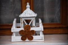 Bożenarodzeniowa dekoracja na białym drewnianym lampionie na zewnętrznym nadokiennym parapecie, Burano wyspa, Wenecja, Veneto, Wł obrazy stock