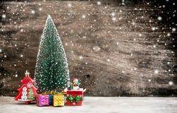 Bożenarodzeniowa dekoracja na drewnianym tle z śniegiem Zdjęcie Royalty Free