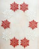 Bożenarodzeniowa dekoracja nad białym drewnianym tłem Zdjęcie Royalty Free