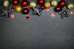 Bożenarodzeniowa dekoracja, piłki i czerni srebra gwiazdy na szarym tle, czerwone i złote Mieszkanie nieatutowy kosmos kopii Odgó zdjęcie royalty free