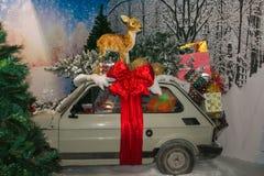 Bożenarodzeniowa dekoracja, renifer i prezent nad samochodem przy wnętrzem sklep w Sant ` Elpidio, klacz Zdjęcia Stock