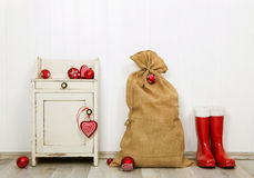 Bożenarodzeniowa dekoracja w czerwonym i bielu barwi z workiem, teraźniejszość obraz royalty free