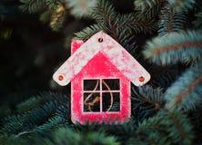 Bożenarodzeniowa dekoracja w postaci czerwonego drewnianego domu dla nowego roku zdjęcia royalty free