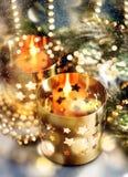 Bożenarodzeniowa dekoracja z świeczkami, lampionami i złotymi światłami, Zdjęcia Royalty Free