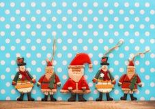 Bożenarodzeniowa dekoracja z antykwarskimi handmade drewnianymi zabawkami Obraz Royalty Free