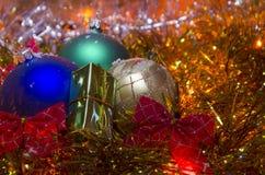 Bożenarodzeniowa dekoracja z barwionymi piłkami przeciw tłu girlanda Obrazy Stock