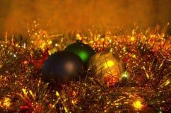 Bożenarodzeniowa dekoracja z barwionymi piłkami przeciw tłu girlanda Fotografia Stock