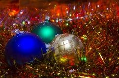 Bożenarodzeniowa dekoracja z barwionymi piłkami przeciw tłu girlanda Obraz Stock
