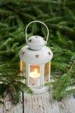Bożenarodzeniowa dekoracja z białym świeczka lampionem na jedlinowym gałąź tle obrazy royalty free