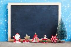 Bożenarodzeniowa dekoracja z blackboard na błękitnym drewnianym tle Fotografia Royalty Free