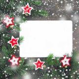 Bożenarodzeniowa dekoracja z czerwienią i wight filc gwiazdy, płatki śniegu, złoci dzwony blisko świeżych naturalnych gałąź świer obraz stock