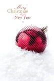 Bożenarodzeniowa dekoracja z czerwonym bauble i śniegiem (z łatwym remova Zdjęcie Royalty Free