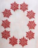 Bożenarodzeniowa dekoracja z czerwonymi płatkami śniegu Obraz Royalty Free
