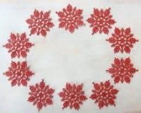 Bożenarodzeniowa dekoracja z czerwonymi płatkami śniegu Obrazy Royalty Free