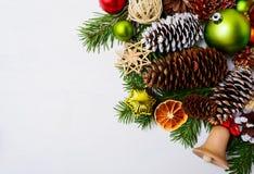 Bożenarodzeniowa dekoracja z drewnianymi dźwięczenie słomy i dzwonu ornamentami Zdjęcia Royalty Free