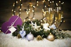 Bożenarodzeniowa dekoracja z dwa szkłami szampan i prezent Obrazy Stock