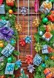 Bożenarodzeniowa dekoracja z gałęziastymi firtree prezentami, piłkami na starej drewnianej desce w wieśniaka stylu odgórnym widok Obraz Stock