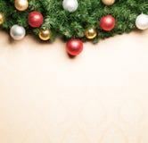 Bożenarodzeniowa dekoracja z jodłą i baubles. Zdjęcie Royalty Free