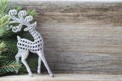 Bożenarodzeniowa dekoracja z jodłą rozgałęzia się na drewnianym tle Zdjęcie Stock
