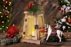 Bożenarodzeniowa dekoracja z kołysać konia i świeczki lampion zdjęcie royalty free