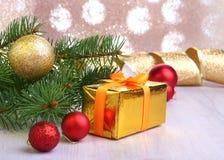 Bożenarodzeniowa dekoracja z prezentów pudełkami, kolorowymi boże narodzenie piłkami i choinką na, rozmytym, lśnieniu i bajecznie Obrazy Stock