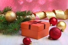 Bożenarodzeniowa dekoracja z prezentów pudełkami, kolorowymi boże narodzenie piłkami i choinką na, rozmytym, lśnieniu i bajecznie Zdjęcie Royalty Free