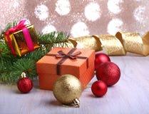 Bożenarodzeniowa dekoracja z prezentów pudełkami, kolorowymi boże narodzenie piłkami i choinką na, rozmytym, lśnieniu i bajecznie Fotografia Royalty Free