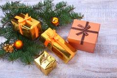 Bożenarodzeniowa dekoracja z prezentów pudełkami, kolorowymi piłkami i choinką na drewnianym desktop, Fotografia Stock