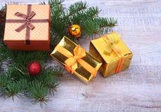 Bożenarodzeniowa dekoracja z prezentów pudełkami, kolorowymi piłkami i choinką na drewnianym desktop, Obrazy Stock