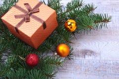 Bożenarodzeniowa dekoracja z prezentów pudełkami, kolorowymi piłkami i choinką na drewnianym desktop, Obrazy Royalty Free