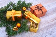 Bożenarodzeniowa dekoracja z prezentów pudełkami, kolorowymi piłkami i choinką na drewnianym desktop, Fotografia Royalty Free