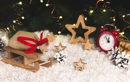 Bożenarodzeniowa dekoracja z saneczki gra główna rolę budzików płatki śniegu Obrazy Stock