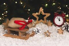 Bożenarodzeniowa dekoracja z saneczki gra główna rolę budzików płatki śniegu Zdjęcie Royalty Free