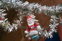 Bożenarodzeniowa dekoracja z Santa klauzula zabawką w kościół łęku koszary Kolkata India zdjęcia royalty free