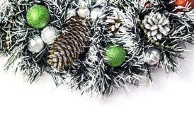 Bożenarodzeniowa dekoracja z sosen piłkami i rożkami obraz stock