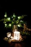 Bożenarodzeniowa dekoracja z sosnowymi gałąź, reniferem i candleligh, Zdjęcia Stock