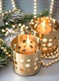 Bożenarodzeniowa dekoracja z złotymi lampionami i światłami Zdjęcia Royalty Free