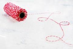 Bożenarodzeniowa dekoracyjna czerwieni i bielu nić Fotografia Stock