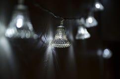 Bożenarodzeniowa girlanda w postaci openwork stalowych dzwonów fotografia stock