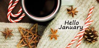 Bożenarodzeniowa gorąca parująca filiżanka glint wino z pikantność, anyżem, ciastkami w kształcie gwiazda, czerwonymi cukierkami, obrazy royalty free