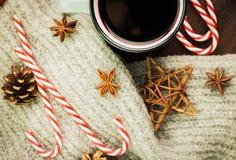 Bożenarodzeniowa gorąca parująca filiżanka glint wino z pikantność, anyżem, ciastkami w kształcie gwiazda, czerwonymi cukierkami, zdjęcia royalty free