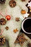 Bożenarodzeniowa gorąca parująca filiżanka glint wino z pikantność, anyżem, jedlinowymi rożkami, ciastkami w kształcie gwiazda, c obrazy stock