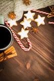 Bożenarodzeniowa gorąca parująca filiżanka glint wino z pikantność, cynamonem, anyżem, ciastkami w kształcie gwiazda, czerwonymi  obraz stock