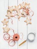 Bożenarodzeniowa gwiazda kształtujący miodowników ciastka z cukieru proszkiem, czerwona arkana Zdjęcie Stock